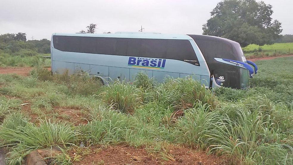 TO: Ônibus da TransBrasil sai da pista na BR-153 em Talismã