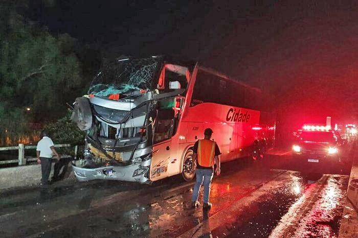 RS: Acidente entre caminhão e ônibus deixa 8 feridos na BR-290 e bloqueia a Ponte do Jacuí