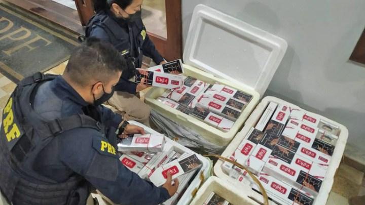 SP: PRF apreende 2 mil maços de cigarros em ônibus na Via Dutra na altura de Lavrinhas