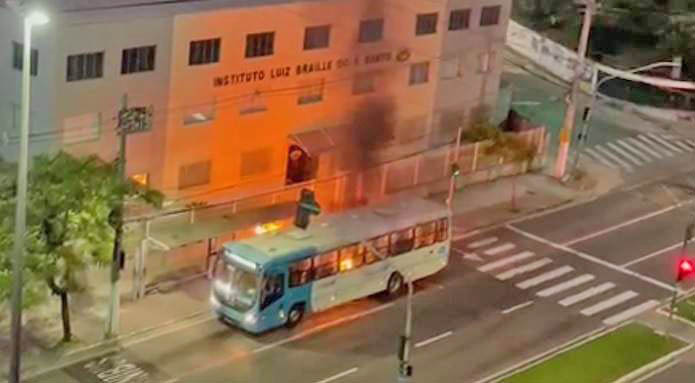 Vitória: Bandidos tentam incendiar ônibus na Avenida Beira-Mar na madrugada desta quinta-feira