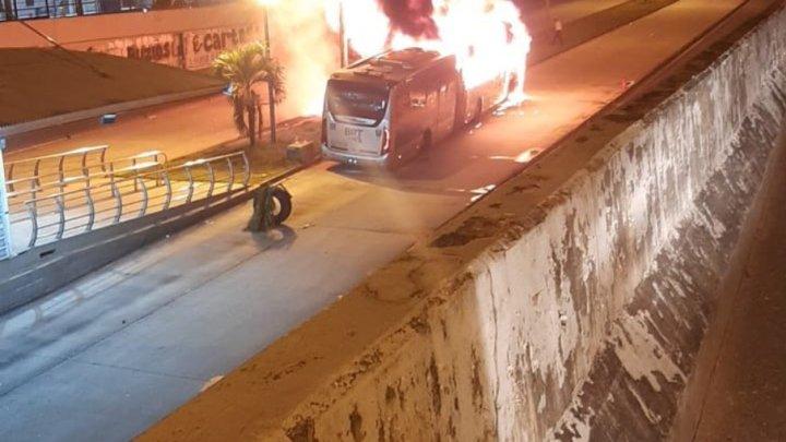 Vídeo: Ônibus do Consórcio BRT Rio é destruído pelo fogo em Campinho, na Zona Norte do Rio
