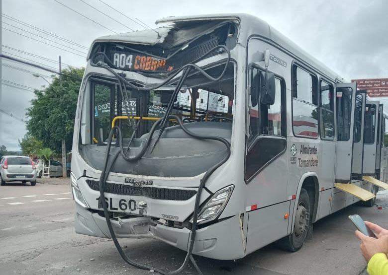 Curitiba: Ônibus colide em poste e acaba fechando a Avenida Anita Garibaldi