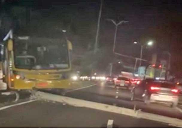 Vídeo: Ônibus articulado bate em poste e fecha a Avenida André Araújo em Manaus
