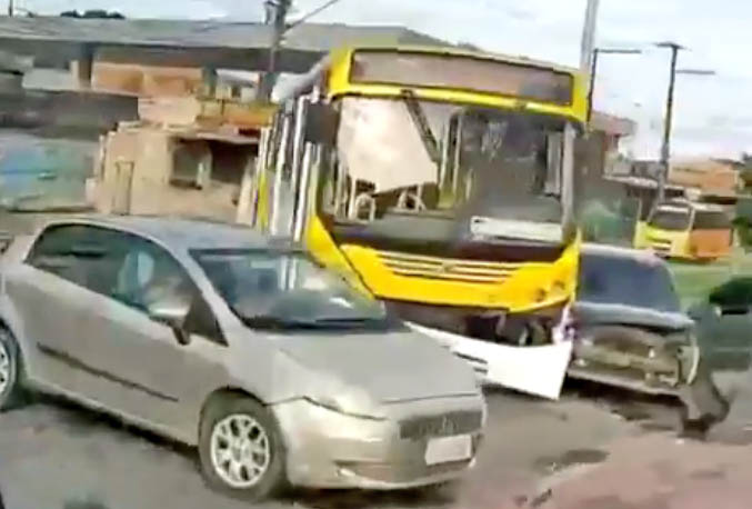 Vídeo: Acidente entre ônibus da Global Green e carro deixa uma pessoa ferida na Zona Leste de Manaus