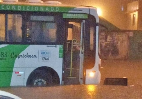 Rio: Ônibus da Viação Caprichosa fica ilhado em Vigário Geral por conta de alagamento
