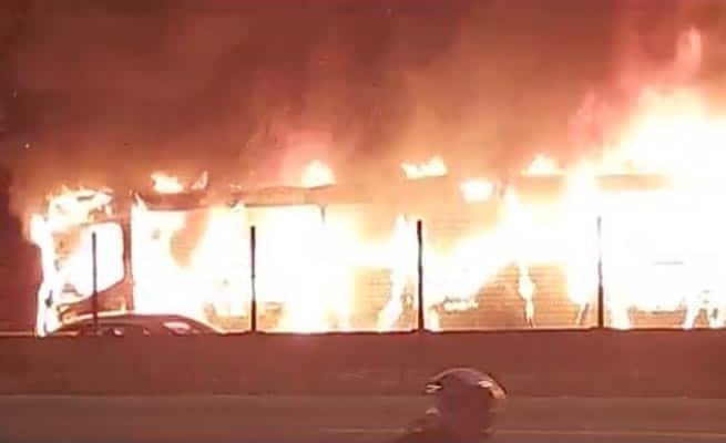 Belo Horizonte: Ônibus pega fogo e acaba fechando o Anel Rodoviário