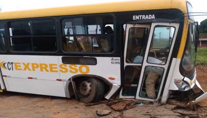 Vídeo: Ônibus da CT Expresso quebra o eixo e sai da pista na BR-040, em Valparaíso