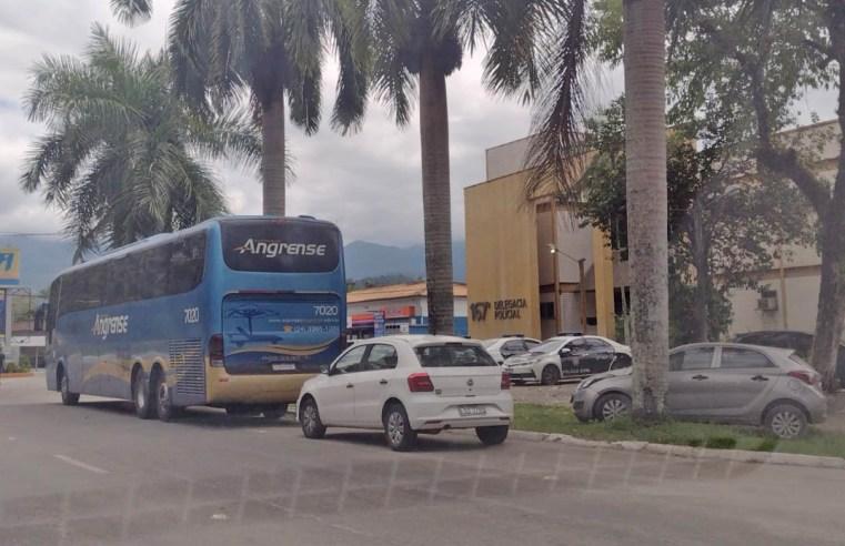 RJ: Ônibus de turismo da Expresso Angrense acaba na Delegacia de Paraty ao tentar entrar na cidade