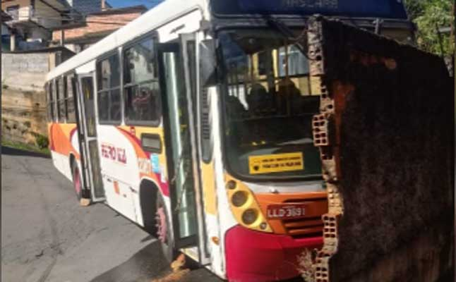 RJ: Ônibus da Petro Ita apresenta problemas na Estrada do Paraíso em Petrópolis