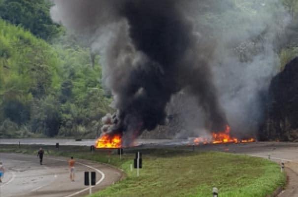 Vídeo: BR-040 é interditada em Três Rios nos dois sentidos após caminhão tombar e explodir