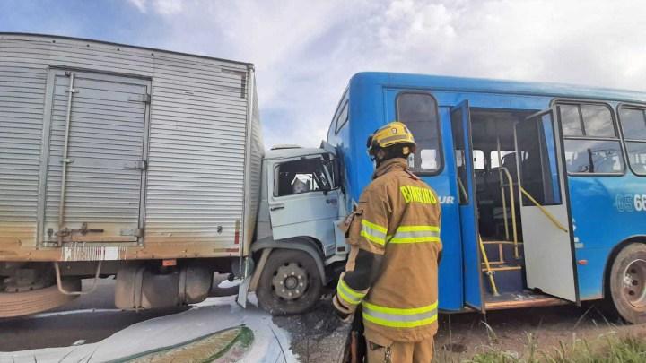 Vídeo: Acidente entre caminhão e ônibus deixa três feridos na BR-060 no DF