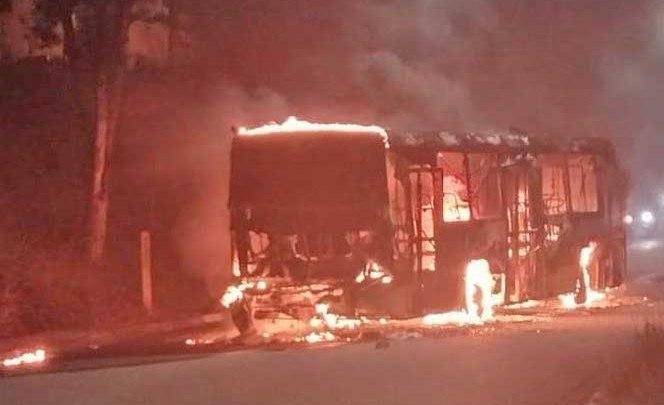 Vídeo: Caminhão e Ônibus são incendiados na noite deste sábado durante protesto em Diadema na Grande SP