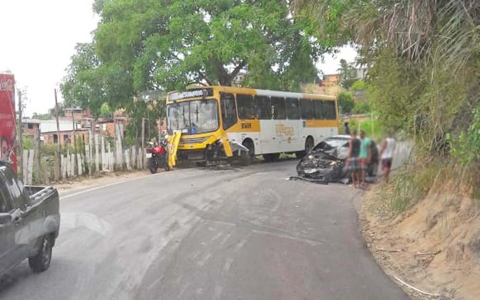 Salvador: Acidente entre carro e ônibus deixa um ferido na Estrada Velha de Periperi