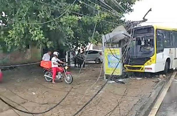 Vídeo: Acidente destrói ponto de ônibus na Avenida Durval de Góes Monteiro em Maceió
