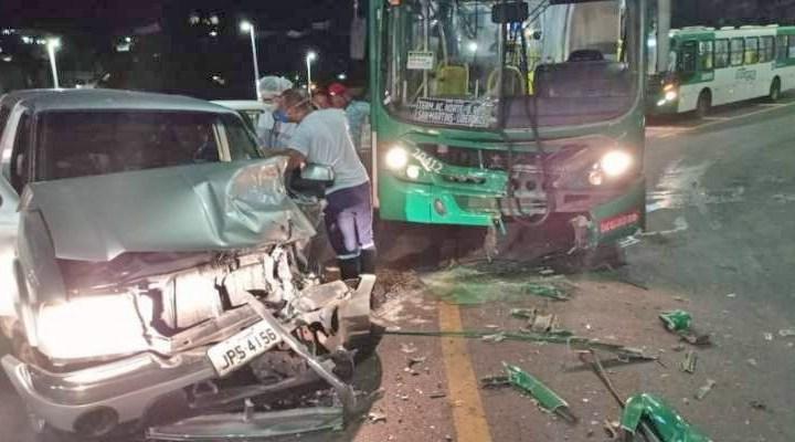 Salvador: Acidente entre carro e ônibus deixa um ferido na Ladeira do Arco