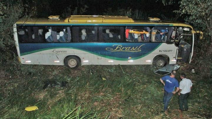 RJ: Ônibus da Brasil Transporte e Turismo sai da pista e deixa 10 feridos na BR-356, em Italva