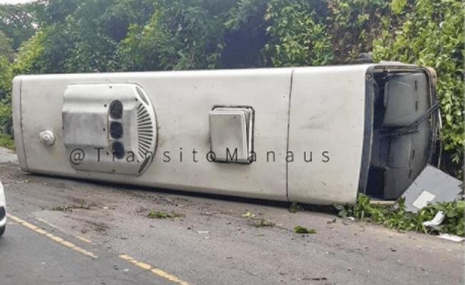 Ônibus com profissionais de saúde tomba na AM-010 deixando feridos