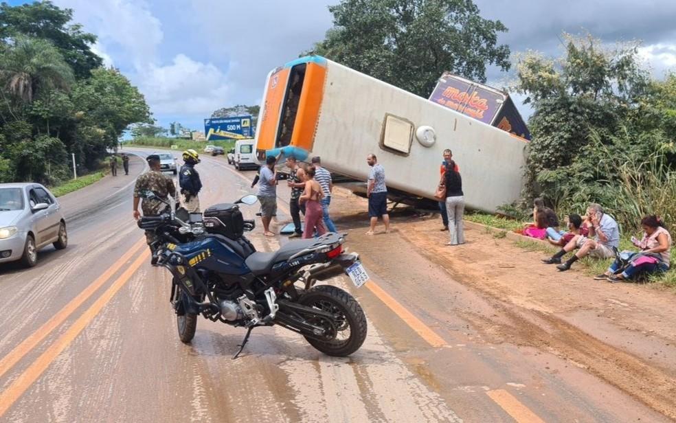 GO: Acidente entre caminhão e ônibus deixa uma pessoa morta e 16 feridos na BR-020 em Formosa