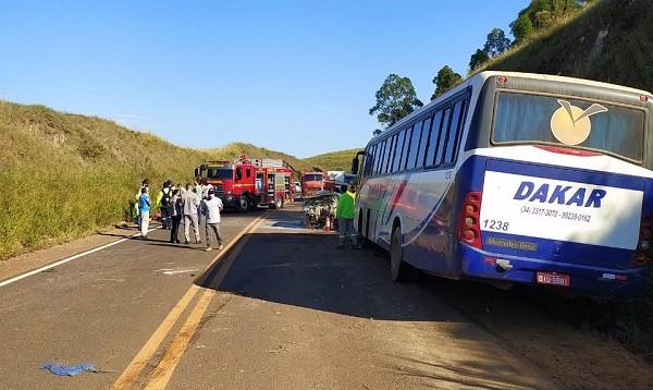 MG: Acidente entre carro e ônibus deixa três feridos na rodovia MG-146, entre Araxá e Tapira