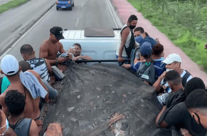 Rio: BRT apresenta problema e passageiros embarcam em caminhão de entulho para seguir viagem