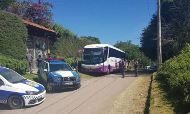 SP: Ônibus rodoviário com turistas é apreendido em São Roque durante festa clandestina