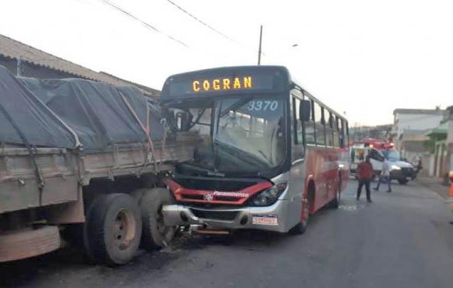 MG: Acidente entre ônibus e caminhão deixa 40 feridos em Pará de Minas