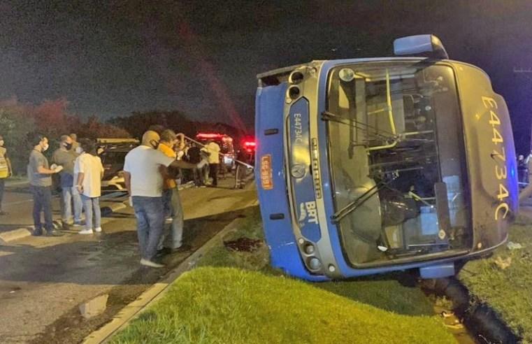 Rio: Polícia segue em busca do motorista de carro que invadiu pista do BRT Rio e causou o tombamento do articulado