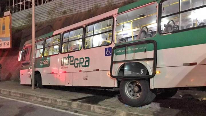 Salvador: Assalto a ônibus causa acidente na Avenida Heitor Dias deixando uma pessoa morta e quatro feridos