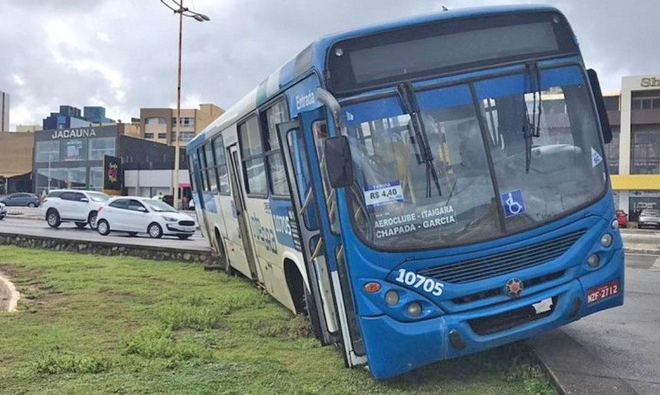 Salvador: Ônibus sobe a calçada após ser fechado por carro no Jardim dos Namorados