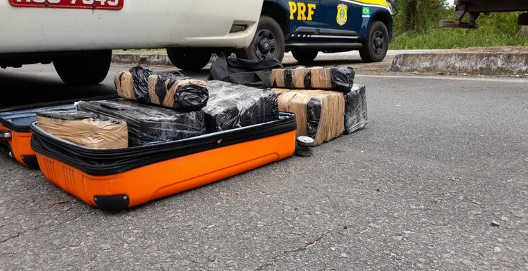 BA: PRF apreende passageiro de ônibus com 42kg de entorpecentes na BR-101 em Camacan