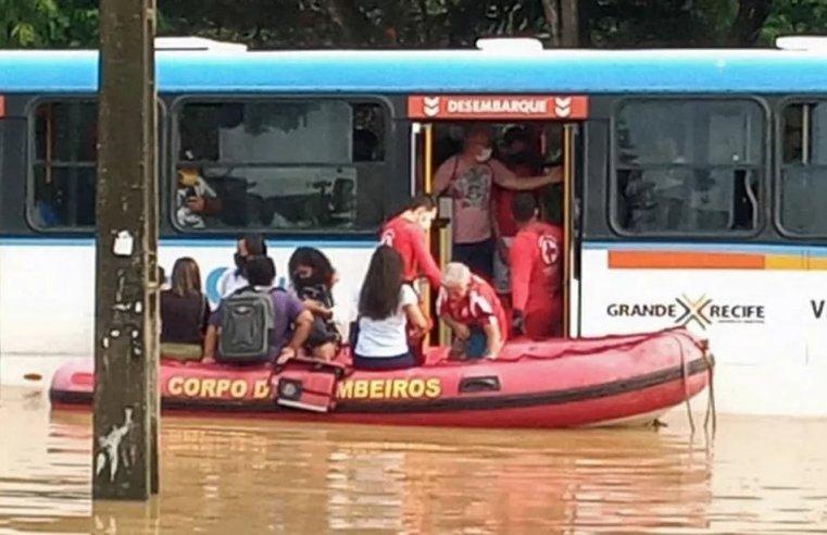 Recife: Bombeiros resgatam passageiros de ônibus ilhado no Ibura, na zona sul
