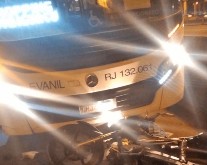 Rio: Acidente entre moto e ônibus interdita faixa da Avenida Brasil