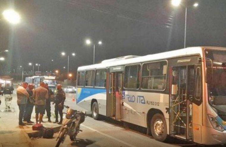 Niterói: Tiroteio durante assalto em ônibus da Rio Ita deixa 5 feridos e um assaltante morto