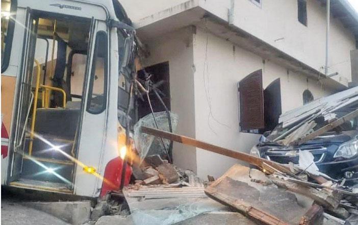 RJ: Ônibus da Viação Petro Ita invade casa no Quitandinha, em Petrópolis