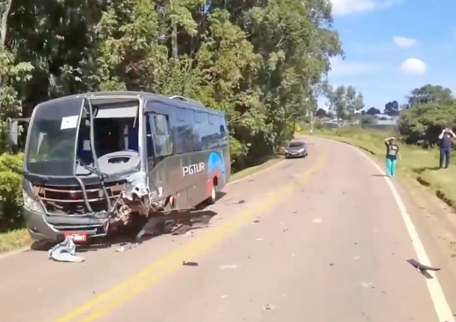 PR: Acidente entre carro e micro-ônibus deixa um morto em Ponta Grossa