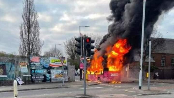 Irlanda de Norte: Ônibus é sequestrado em mais um dia de protesto na região