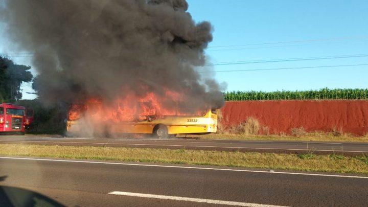 PR: Ônibus pega fogo na BR-277 em Santa Terezinha de Itaipu após ser assaltado