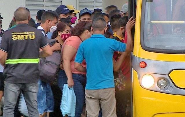 Manaus segue com aglomerações de passageiros em terminais e nos ônibus