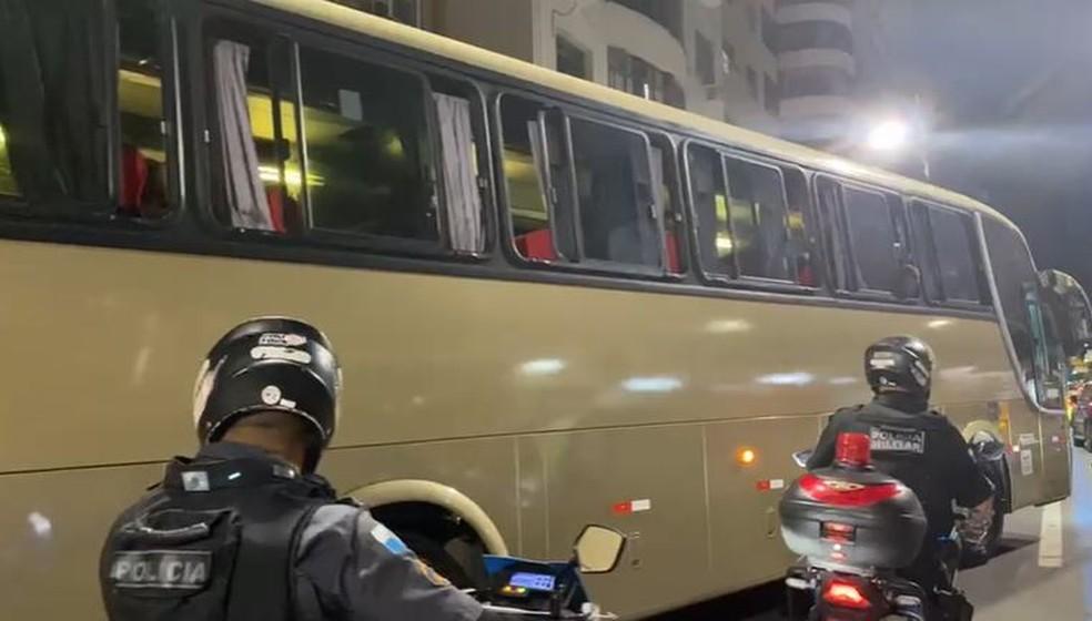 Rio: Polícia encaminha ônibus fretado em MG com entorpecentes que seguia para baile clandestino
