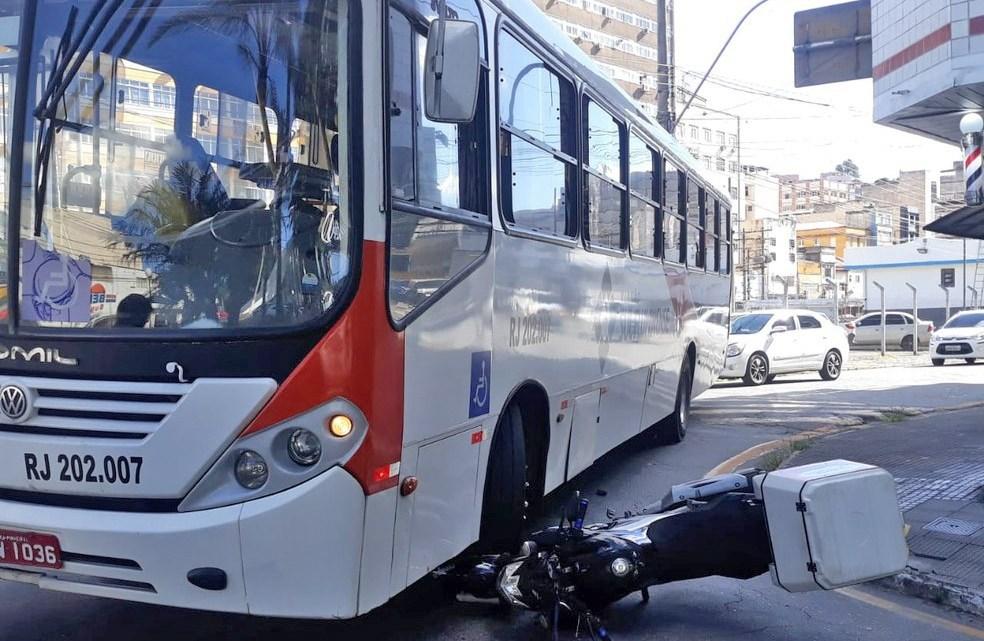 RJ: Acidente entre ônibus da Viação Sul Fluminense e moto deixa um ferido em Barra Mansa