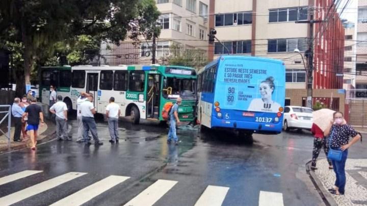 Salvador: Acidente entre dois ônibus deixa uma pessoa ferida nesta tarde