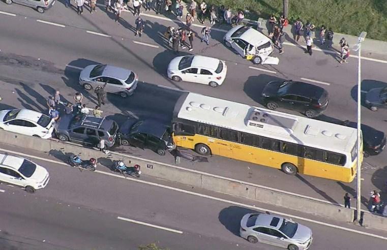 Rio: Engavetamento entre 7 carros e um ônibus trava a Linha Amarela nesta manhã