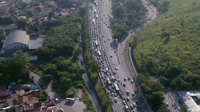 Rio: Engavetamento entre 7 carros e um ônibus trava a Linha Amarela nesta manhã - revistadoonibus