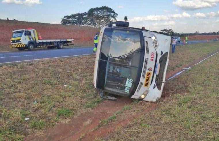 SP: Ônibus com trabalhadores rurais tomba e deixa dois feridos em Tanabi