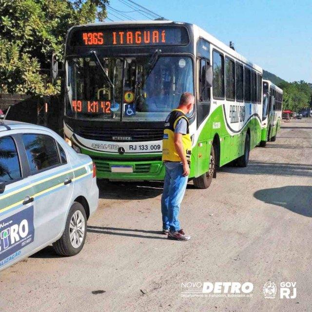 Rio: DETRO realiza operação em ônibus na Baixada Fluminense - revistadoonibus