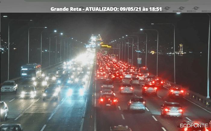 Rio segue com movimento intenso de veículos nesta noite de domingo