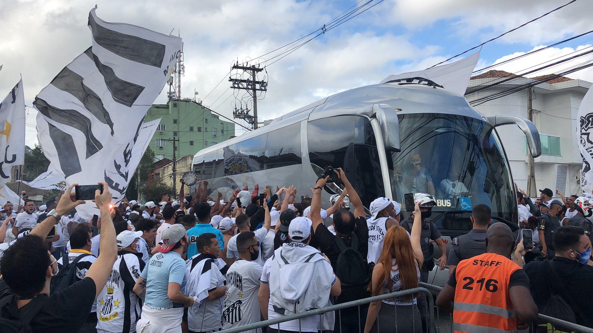 Vídeo: Torcida aglomera na porta da Vila Belmiro para ver ônibus com a delegação do Santos
