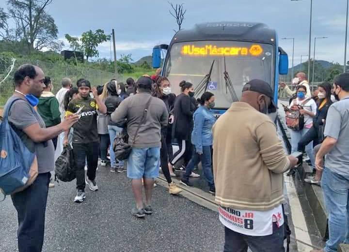Rio: BRT apresenta problemas e passageiros ficam desamparados no corredor transolímpica