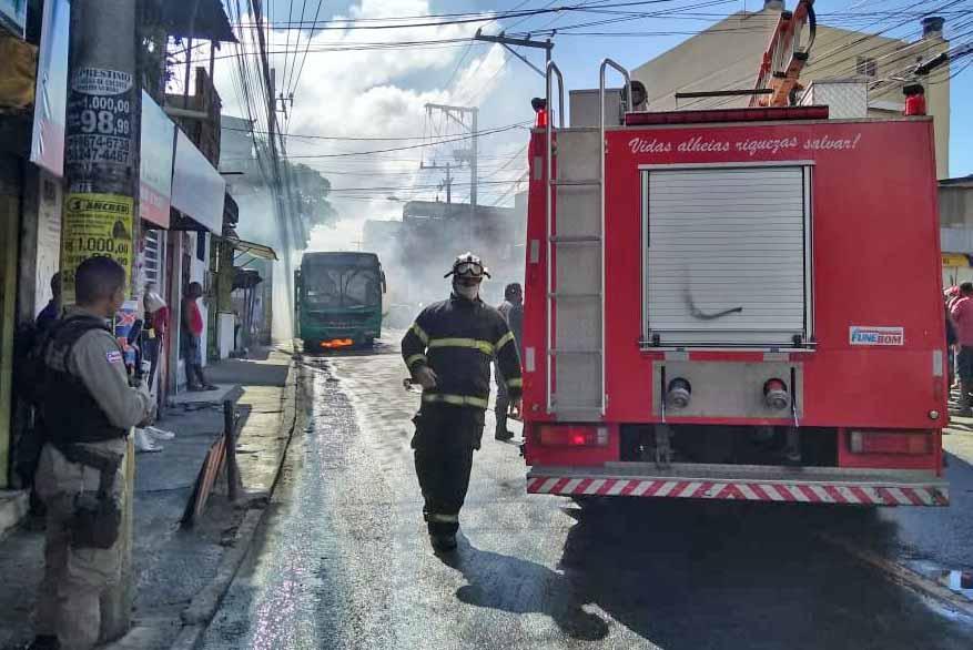 Salvador: Ônibus da OT Trans pega fogo na Estrada das Barreiras