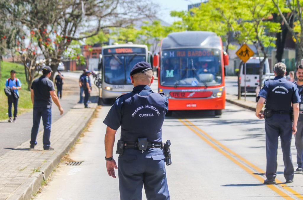 Curitiba: Guardas prendem suspeita de roubo a mão armada em ônibus